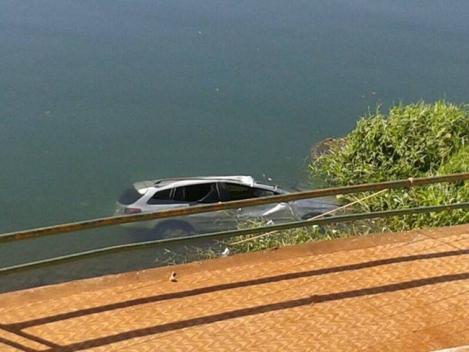 Carro cai no rio Paranaíba, em Itumbiara | Goiás News: Notícias para o Sul Goiano 24hs